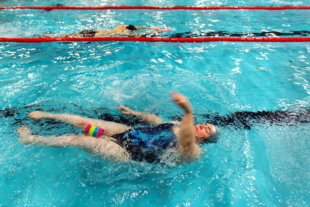 Az orvosok a közelmúltban megállapították, hogy Gyöngyi számára a kerekesszékben űzhető sportok nem tesznek kifejezetten jót, így régi kedvelt sportjához, az úszáshoz is visszatért.
