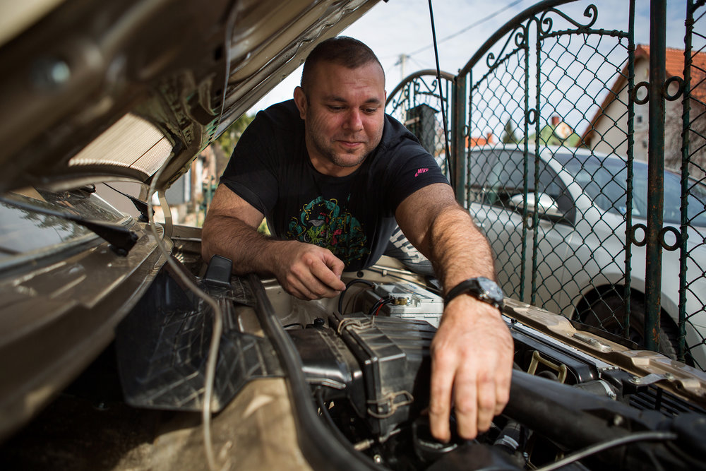 Autók összeszerelése a hobbija, a múlt évben készült el egy aranyszínű 1-es Golf építésével. Folyamatosan szépítgeti a járművet, feleségével, Edinával veterán autós találkozókra, kirándulásokra járnak.