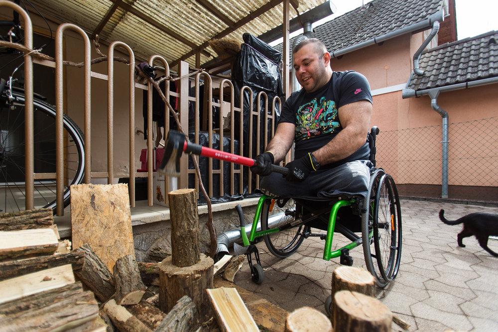 Míg Kozármislenyben épül a házuk, kiköltöztek a Pécstől 26 km-re lévő harkányi nyaralójukba. Mivel itt fával tudnak fűteni, Gábornak időnként tűzifát kell hasogatni. Ezt kerekesszékből is megoldja.