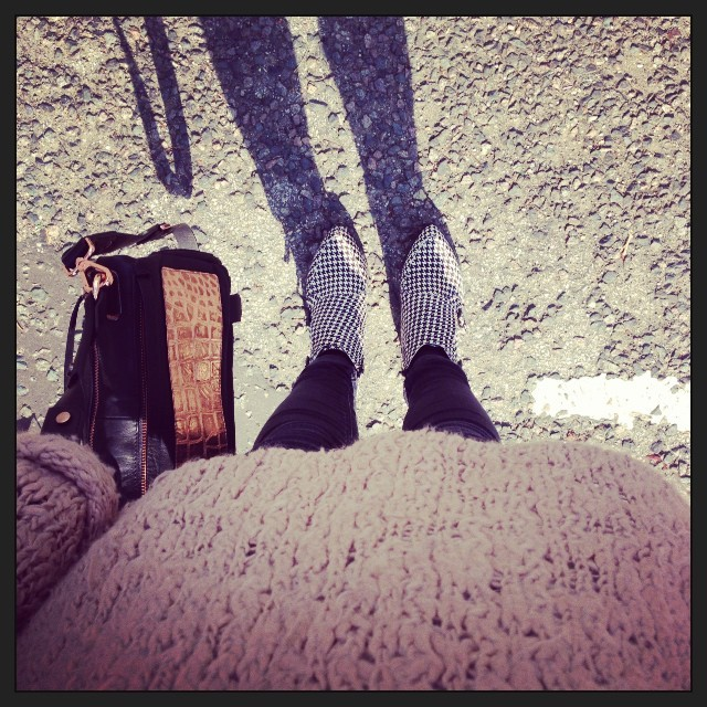 #FF Friday fashion. #Todayimwearing my @ybdfashion @goldenlanebag with a @topshop pink chunky knit jumper, skinny jeans & acute dogtooth ankle boots.