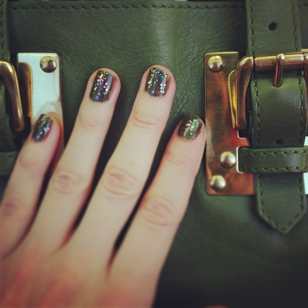 My olive @OPINAILS + sparkly @topshop glitter polish matches my @ybdfashion @sophie_hulme tote bag!