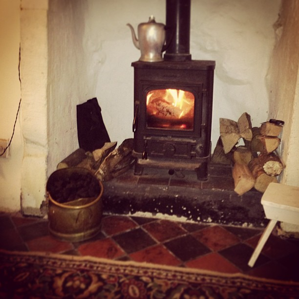 After a mind-boggling dash through #SocialMedia with the lovely @BonsallHistory group I'm relaxing @kayogilvie's gorgeous cottage. I love the Peak District. But I also miss having a home with a roaring log fire…