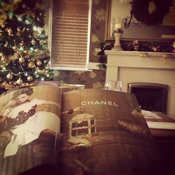 Flicking through my December copy of @ELLEUK & found myself crushing on gold @chanel #creepers! 😘 A perfect pre-Christmas Sunday afternoon at The McGovern's with @jmgcreative. #christmas #tree #wreath #festive #fairylights #family #fashion #love