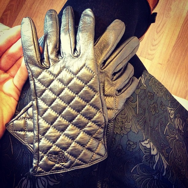 About to rock out my #pewter metallic @Burberry quilted leather gloves. A gift from my dad last Xmas. #toasty! #Fashion #style #blogger #whattowear #inspiration #photo #me #girl #redhead #hair #print #fblogger #clothes #ootd #wiwt #instapic #outfit #whatiwore #igdaily #london #fashiondiaries #aw12 #instafashion