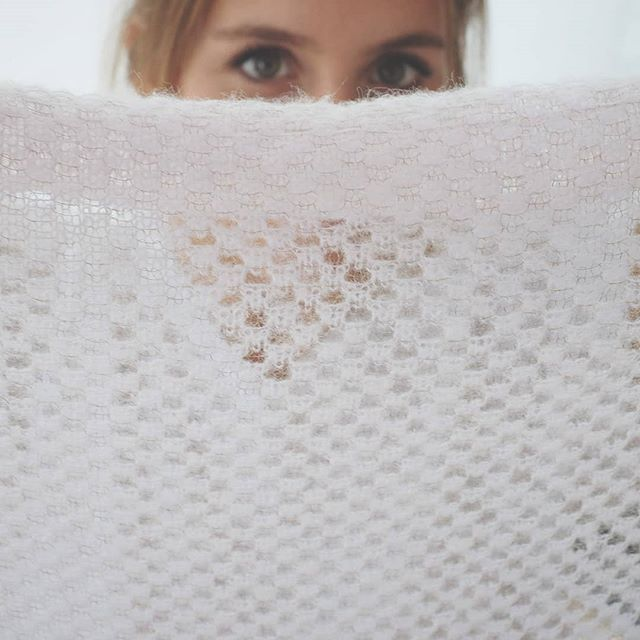 The combination of Alpaca and gold lurex gives the scarf a super soft and translated feel.  #bridalcoverup #knit #knittingtextures #weddingscarf #weddingaccesories #knitstagram #alpacayarn #alpaca