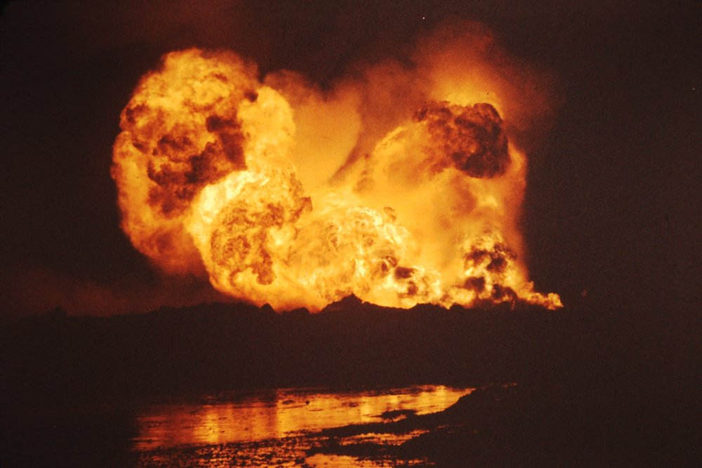 Burgan Oil Fire 1991 (after Iraq army blew off the wellhead with explosives) -