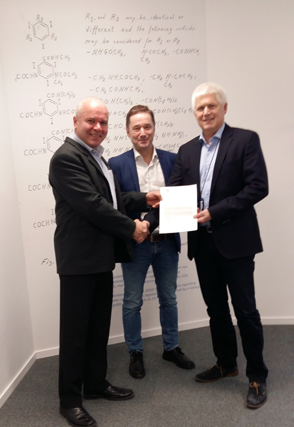 Svein Kv  å  le (left) and Per Sontum (center) at signing of ACT  ®   supply agreement with Bj  ø  rn Fuglaas (right).