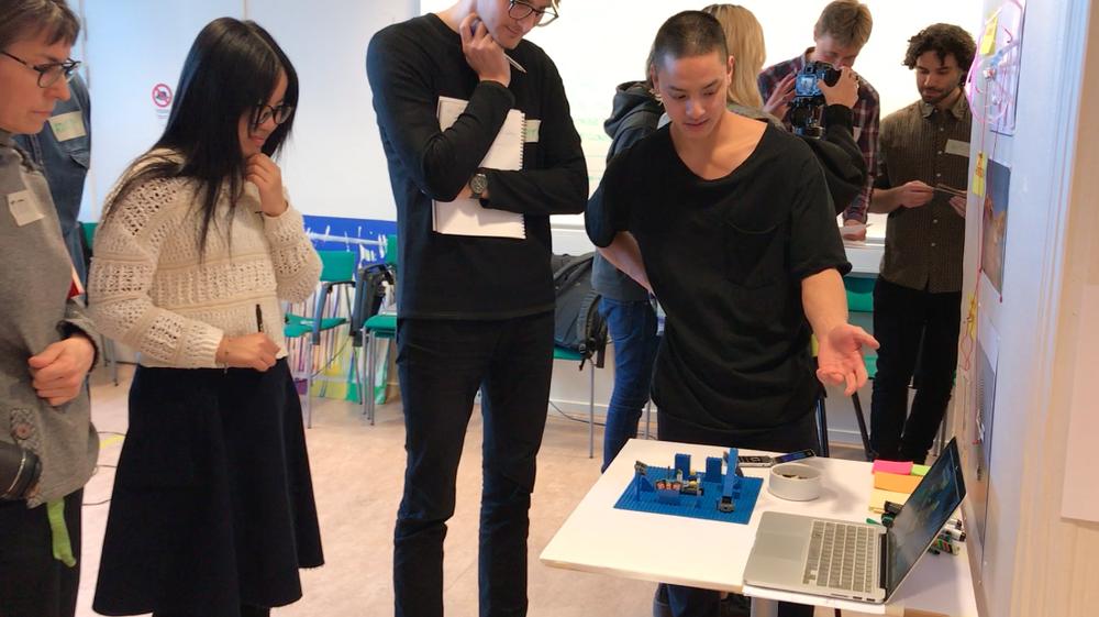 Holding round-based workshop sessions.