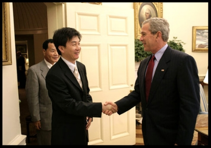Chol-hwan meets to President George W. Bush to discuss human rights abuses in North Korea.