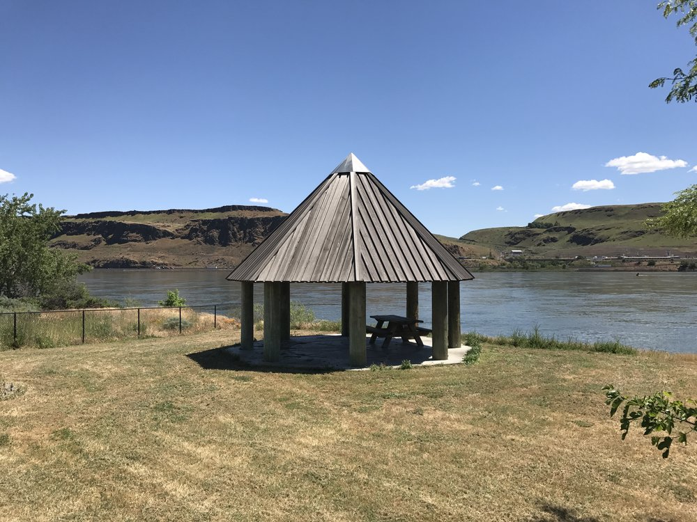 An old abandoned rest station just across the river into Washington on the way to Sasquatch, 2017