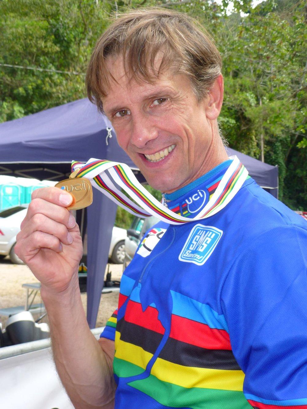 """Svensk-, Europa-och Världsmästare för veteraner i cykelcross och mountainbike """"Att ta hjälp av toppfysik är det smartaste jag gjort som idrottsutövare. Förutom idrottsliga framgångar som jag bara vågat drömma om, så har detta gjort att jag kunnat kombinera ett """"normalt"""" liv med hård idrottssatsning. Jag brukar beskriva samarbetet som att jag köper mig tid. Tidigare tränade jag ostrukturerat 20–30h/v, men under toppfysiks ledning lägger jag ned 10-15h/v och får likväl bättre träningseffekt. All träning är en del i årsplanen och oerhört tidseffektiv. Men absolut största vinsten med att ha en personlig tränare är vid de tillfällen saker inte fungerar, t.ex. skador och formsvackor. Då är det ovärderligt att få objektivt stöd i analys av orsaker och hjälp med korrigering."""""""
