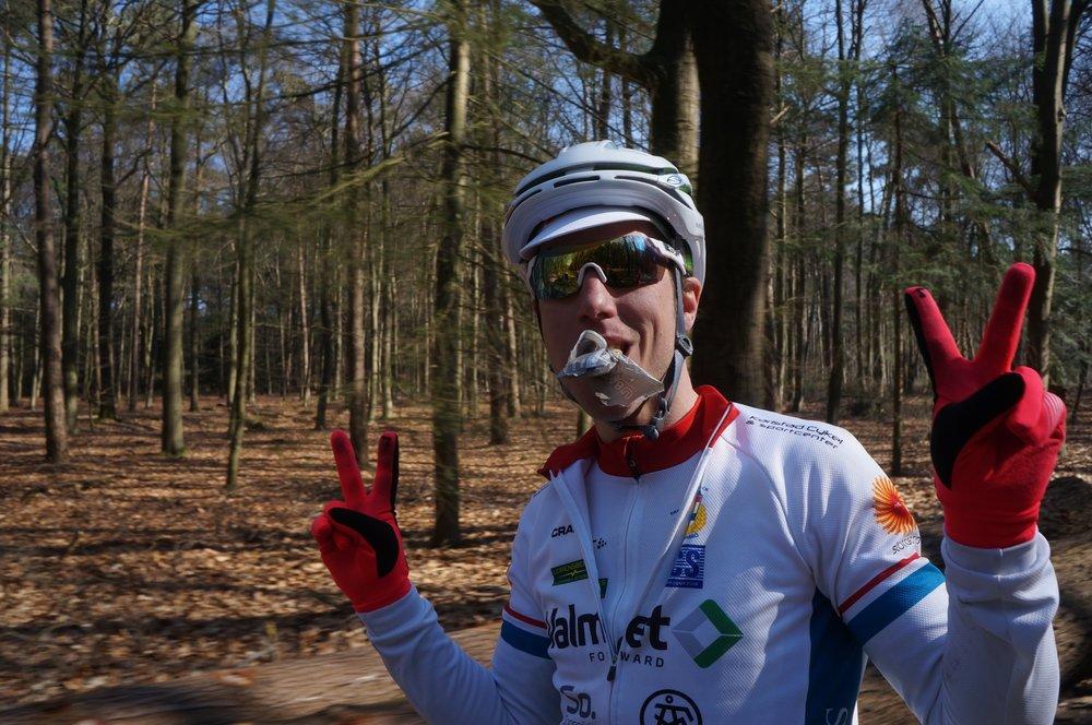 """Heltidsjobbande familjefar som ömsom tävlar i H30, ömsom tävlar i elitklassen """"Med stor hjälp av Simon Galle och Toppfysik har jag, trots avsaknad av cykelbakgrund och med heltidsjobb och familj att ta hänsyn till kunnat tävla och konkurrera i den svenska elitklungan. Att ta hjälp med coachning och träningsplanering avlastar mycket och låter mig fokusera all tillgänglig tid på själva träningen. Även vårlägret i Holland var en riktig höjdare och rekommenderas starkt som en formspetsare inför den svenska säsongen"""""""