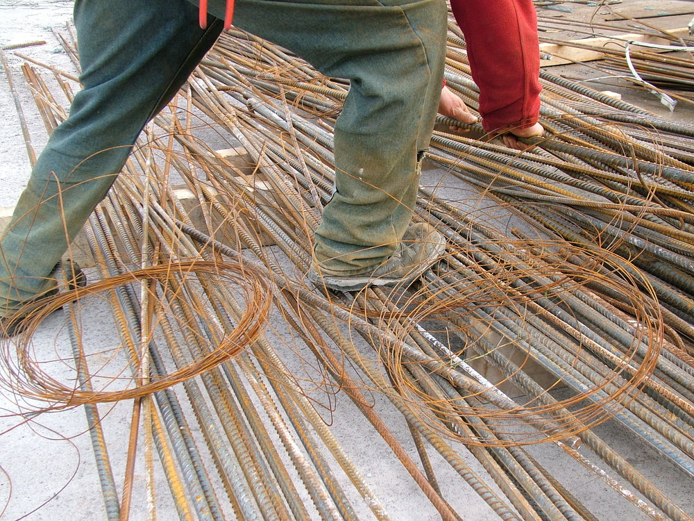 steel-fixer-loose-tying-wire-trip-hazard.JPG