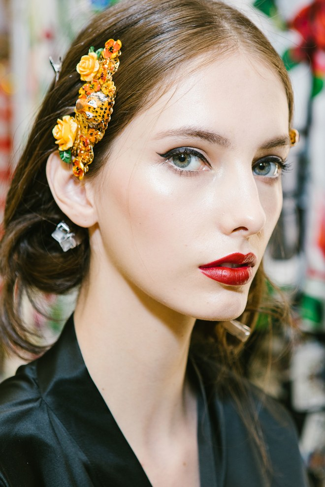 Dolce & Gabanna, no one does la dolce vita better than italians, in this case red lip, cat eye and slightly blushed face together with a glamorous hair ornament lead in their show.