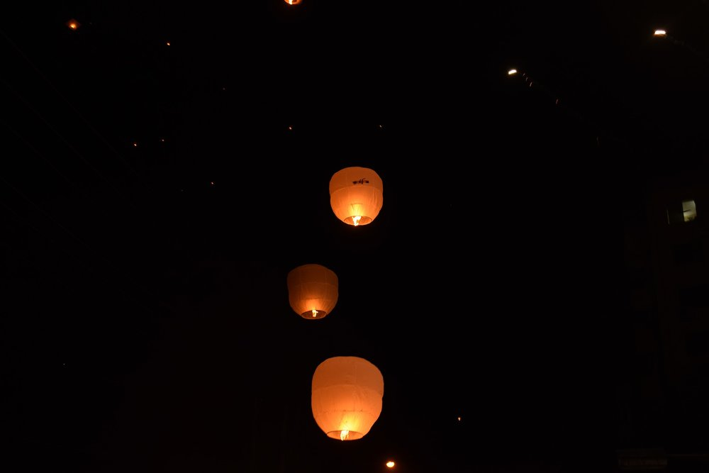 sky-lanterns-2263017_1920.jpg