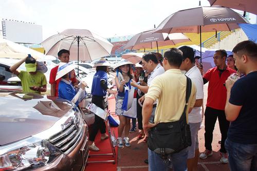 Khách hàng tham gia trò chơi đoán giá xe tại gian hàng của Toyota Lý Thường Kiệt.