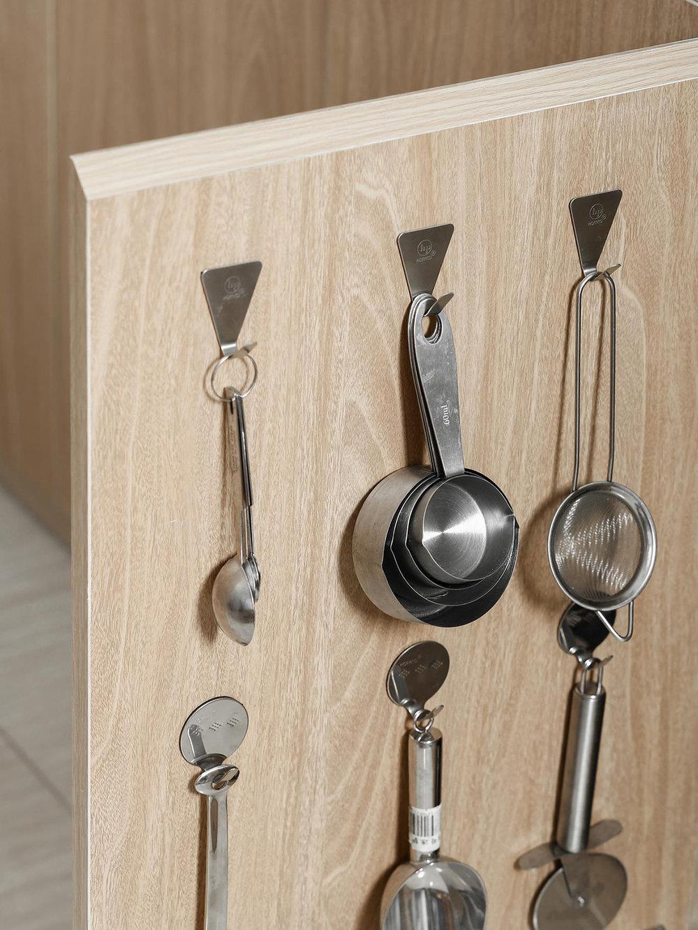 Cánh tủ là nơi cất giấu lý tưởng những dụng cụ như thế này. Nó làm bếp của bạn gọn một cách đáng kể.