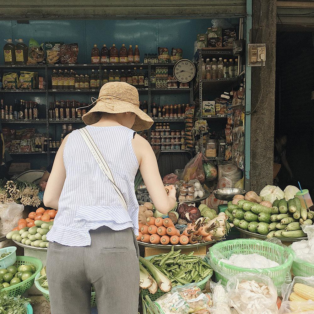 Tôi đi chợ lúc 6h sáng, tôi cần mua cà rốt màu đỏ cam. không phải cam, Không phải vàng cam! -