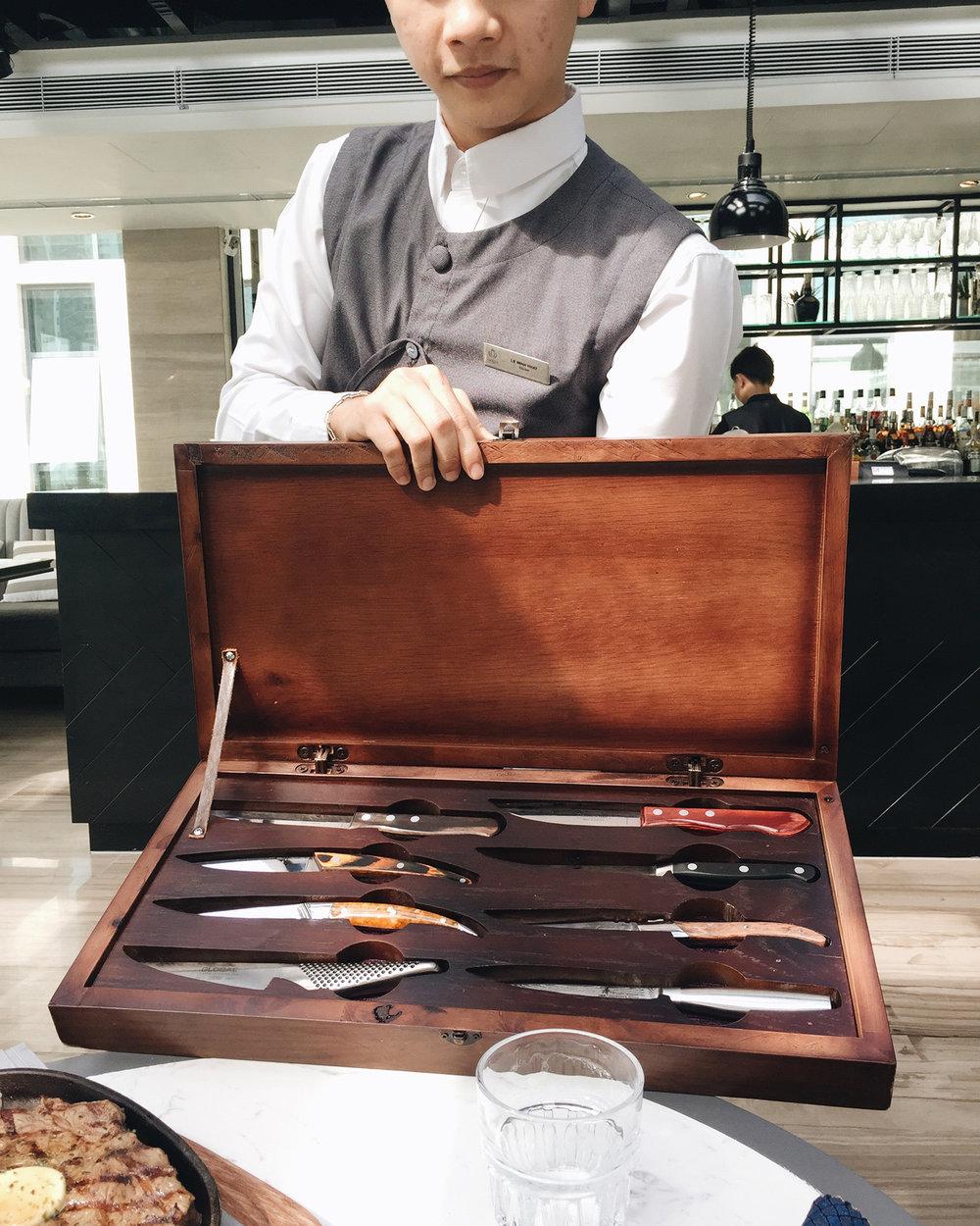 Bộ dao 8 món tới từ 8 nước trên thế giới sẽ được phục vụ tuỳ theo sở thích của thực khách khi order sườn cừu hoặc beef steak.