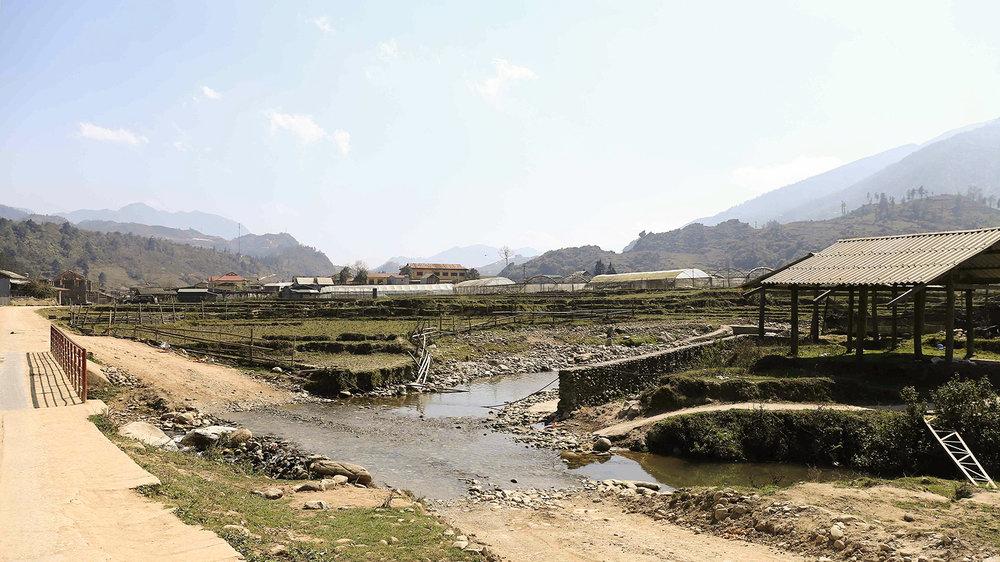 Trên đường tới Tả Phìn cũng đi qua 1 con suối.