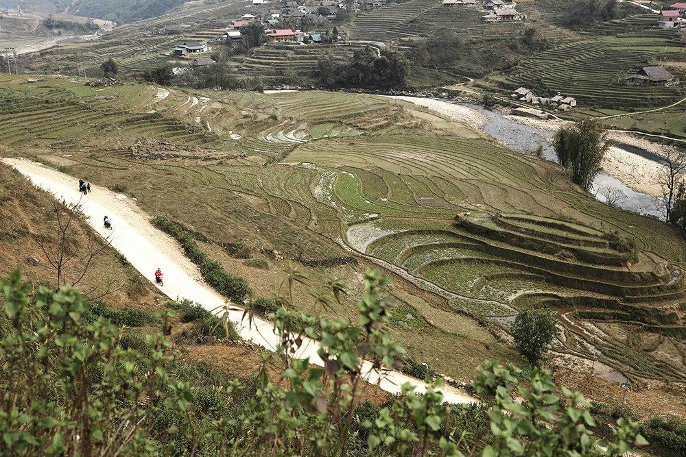 Con dốc đi xuống thung lũng và dẫn tới cầu treo vào Tả Van.