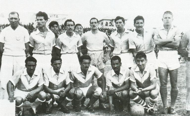 Los campeones nacionales de 1955, uno de los equipos míticos del fútbol boliviano.