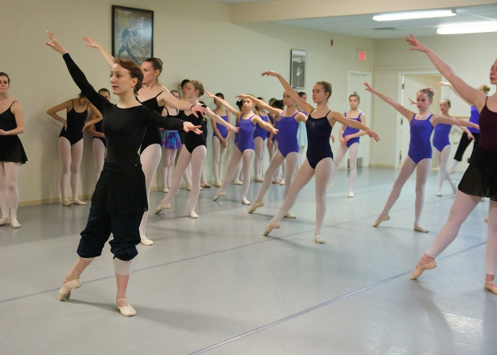 Ballet Jorgen dancer leads class at KHDANCE.