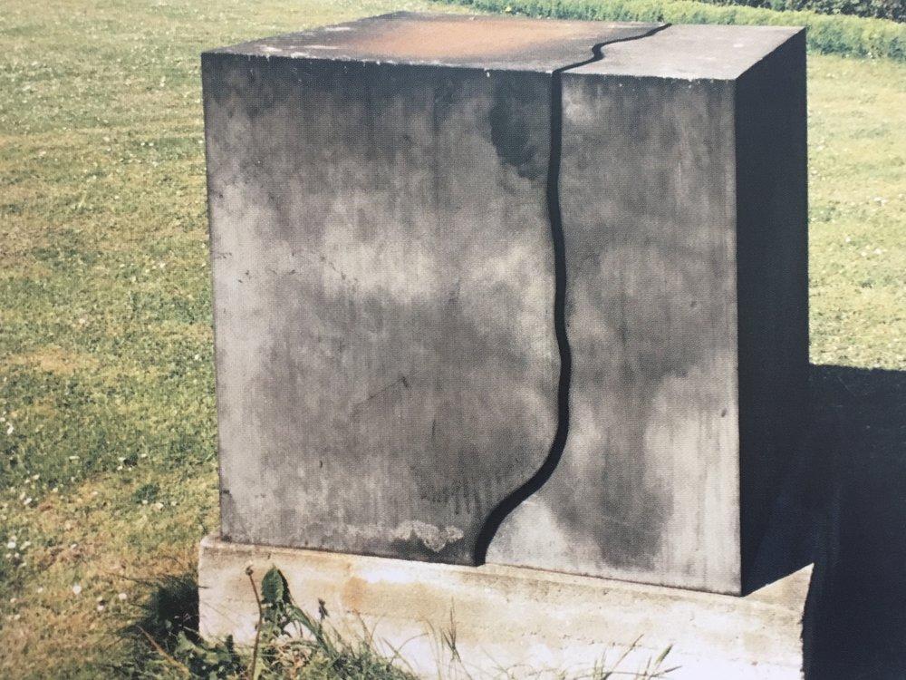Skulptur i to dele. Jern. Højde 100 cm. Tilhører Statens Museum for Kunst. 1978.