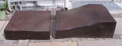Ankelbrækkeren. Jern. 33 x183 x75 cm. Tilhører Århus Købmandsskole. 1974.