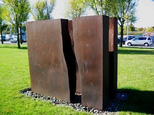Skulptur i 3 dele. Jern. Foran Bella Center, Amager. 1978.