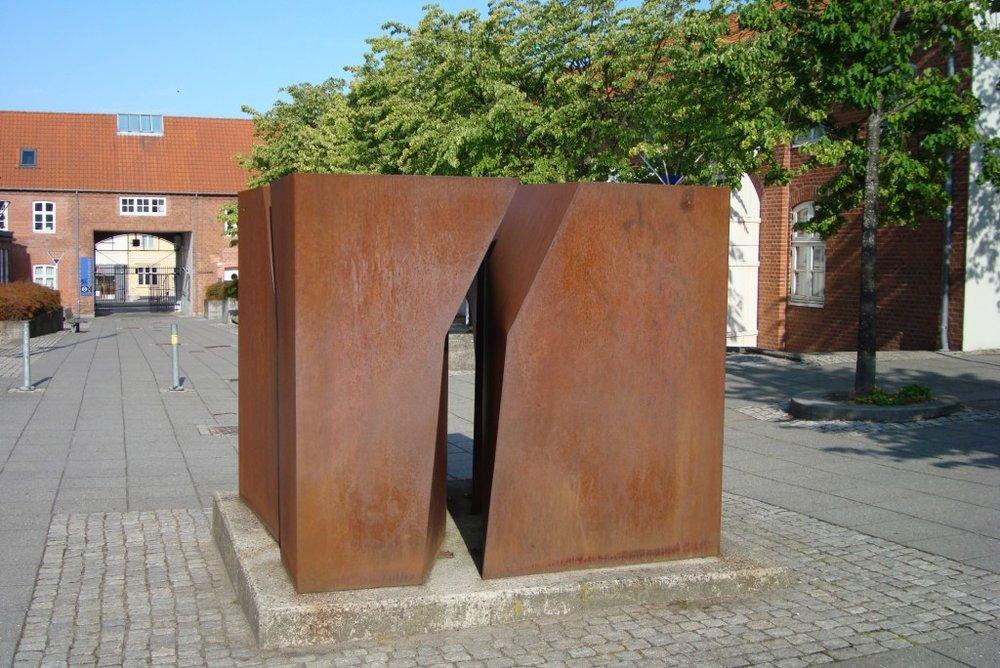 Skulptur i 4 dele. Cortenstål. Tobaksgården i Horsens. 1989.