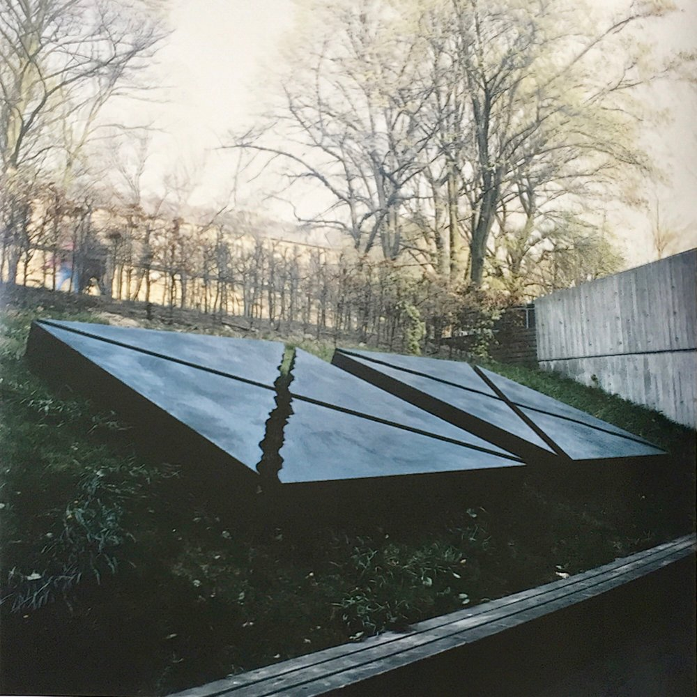 Liggende skulptur i 4 dele. Cortenstål. Landbohøjskolen, Frederiksberg. 1990.
