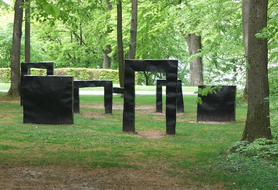 Skulptur i 7 dele. Bemalet jern. Kunstcenter Silkeborg Bad, Silkeborg. 1993.