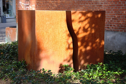 Skulptur i 2 dele. Cortenstål. Grønnegade, Vejle. 2004.