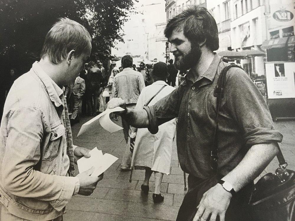 Uddeling af checks på Strøget. 1979.