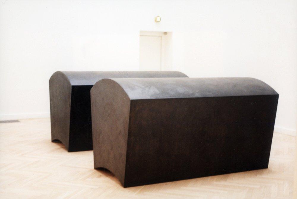Skulptur i 2 dele. Sarkofager. Cortenstål. Tilhører Kunsrmuseet Arken. 1997.