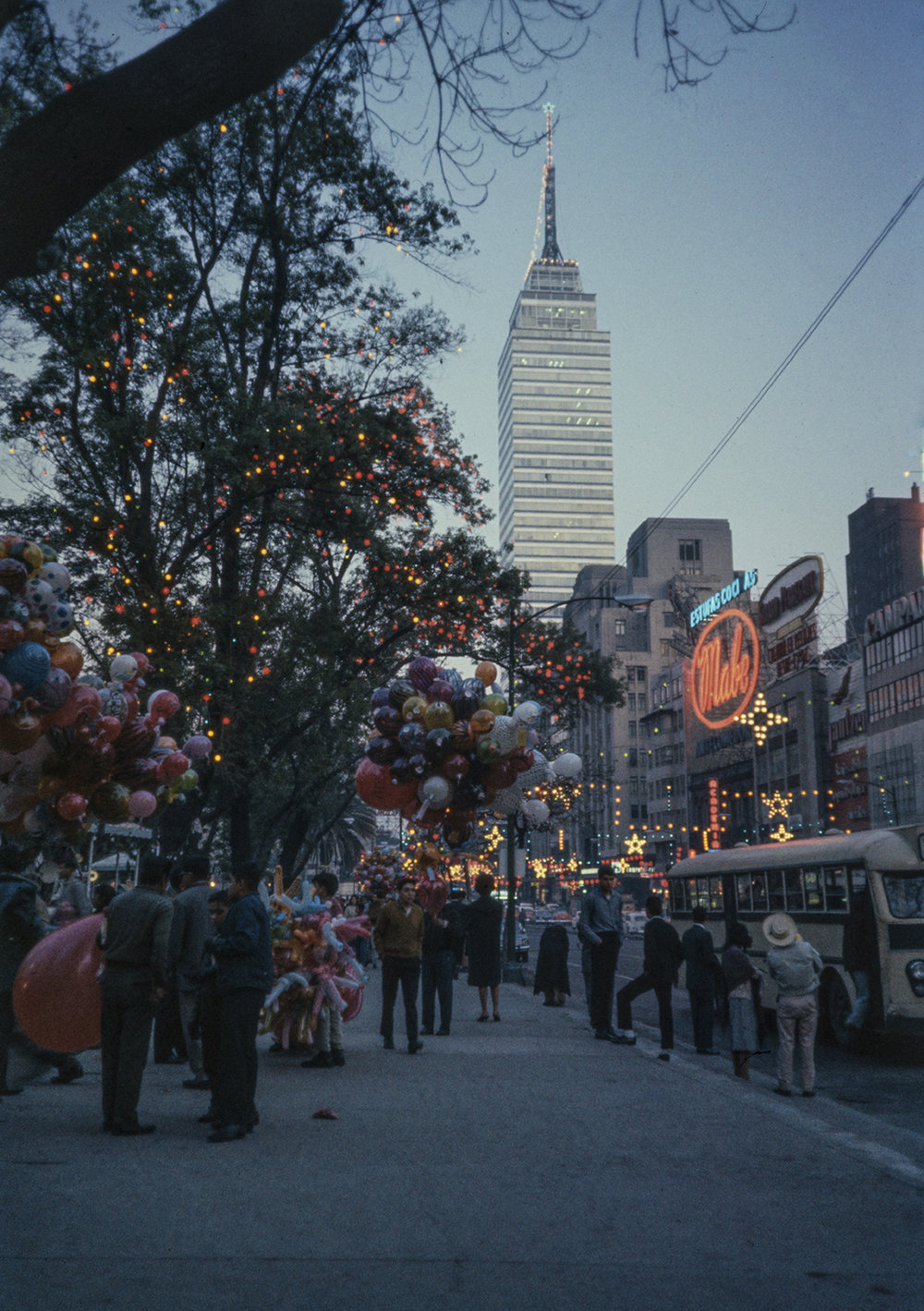 Iluminación de Avenida Juárez, CDMX. Enero de 1965.