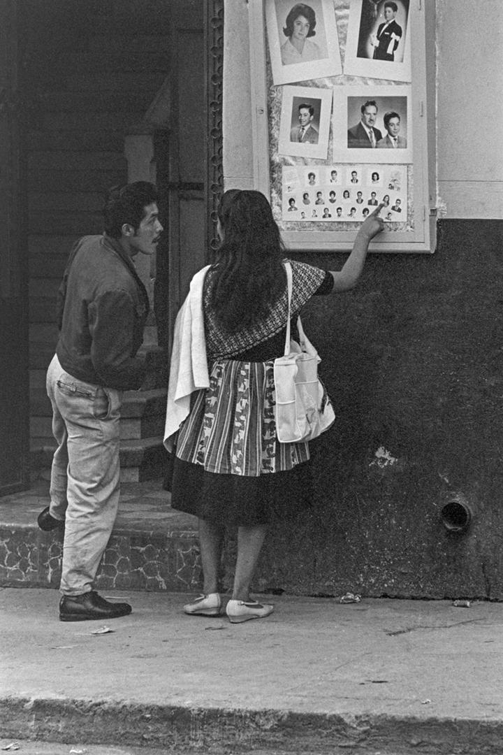 Pareja afuera de un estudio fotográfico. Ciudad de México, 1965.