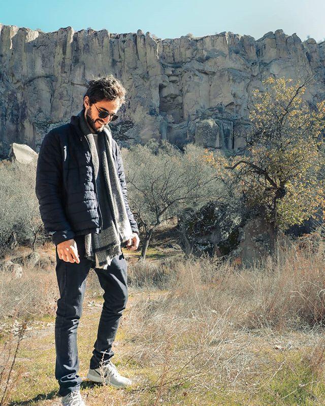 """Hey y'all! No Traveller's Guide de hoje vamos aprender uma palavra muito conhecida por viajantes mas que não tem uma tradução 100% equivalente em português. A palavra é: WANDERLUST ⠀ Vamos ver a definição dessa palavra em inglês: """"Wanderlust is a strong desire for or impulse to wander or travel and explore the world."""" ⠀ """"Wanderlust é um forte desejo ou impulso de vagar, viajar e explorar o mundo."""" ⠀ Resumindo, Wanderlust pode simbolizar aquele sentimento de ter acabado de chegar num novo país ou cidade e querer explorar os arredores, sem rumo definido, só pelo simples prazer de descobrir algo novo. ⠀ Agora é sua vez! Me diz aqui nos comentários, quando foi a última vez que você sentiu """"Wanderlust""""? #wanderlust #travellersguide #rhavitips #ingles #inglesonline #dicasdeingles"""