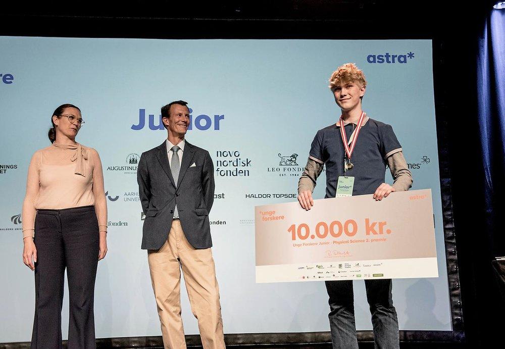 Johannes fra 9.i modtager stolt sin pris af Prins Joachim og Undervisningsminister Merete Riisager