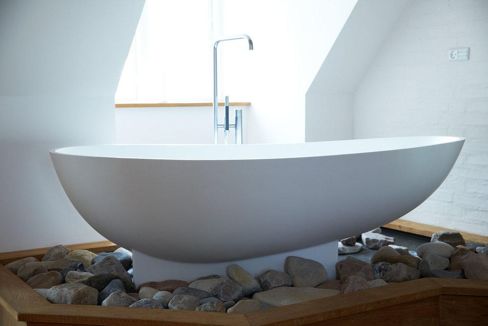 Eget badekar i luksus suite på blæsenborg vejrø resort.jpg