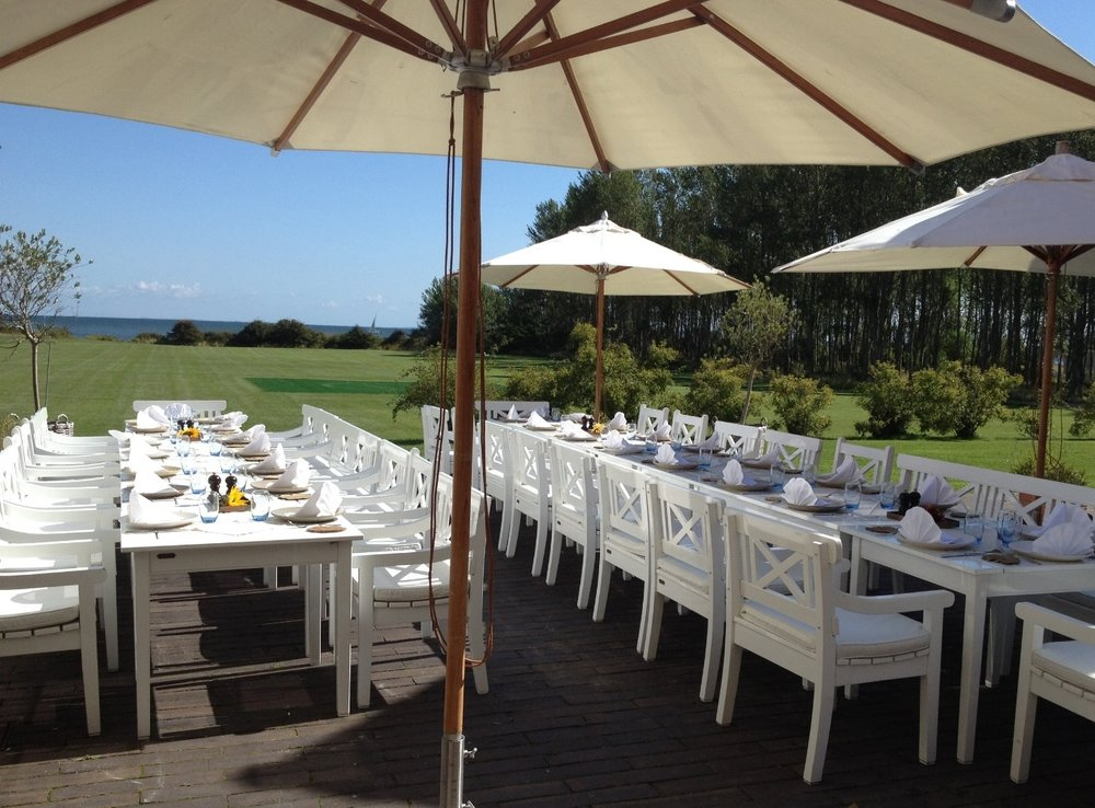 opdækket bord skipperlys terrasse vejrø resort.JPG