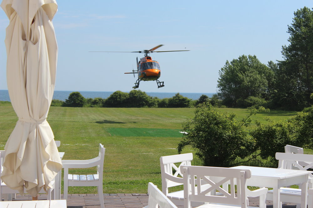 helikopter på helipad på vejrø resort.jpg