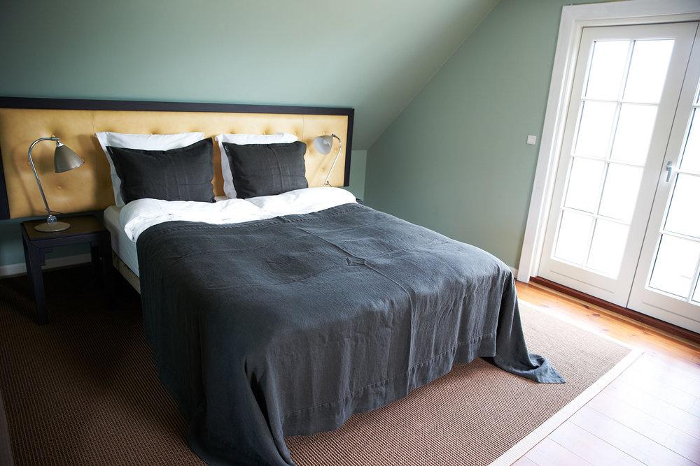 soveværelse i gæstehus på vejrø resort.jpg