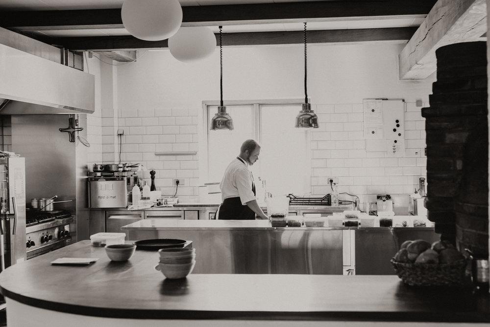Kok i aktion i testaurant Skipperly, Vejrø Resort.jpg