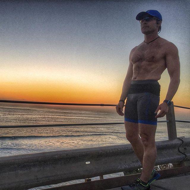 Ahhh...Beacons Beach at Sunset. The best Lover I've ever had. ❤️ . #beaconsbeach #encinitas #runhard #trainhard #runfast #marathon #sub3 #runner #neverquit #sunset #sunsetrun #beautiful