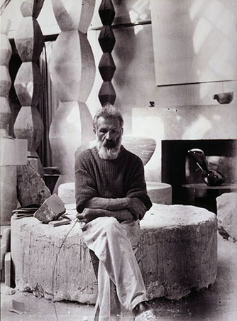 Texte-Constantin-Brancusi-and-his-studio.jpg