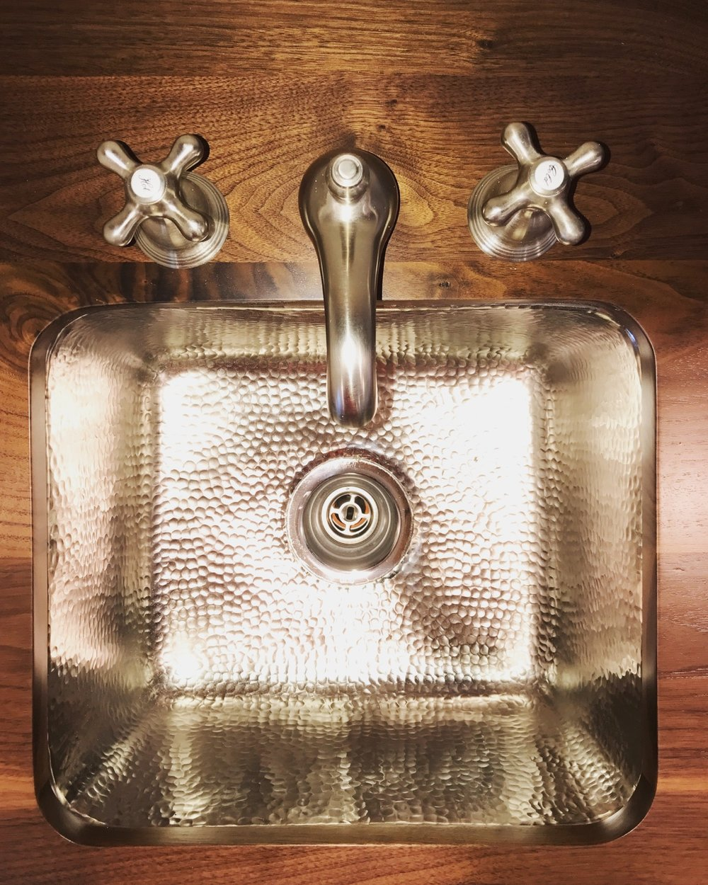 And because I really do love the hammered metal sink that much, here's a close up!