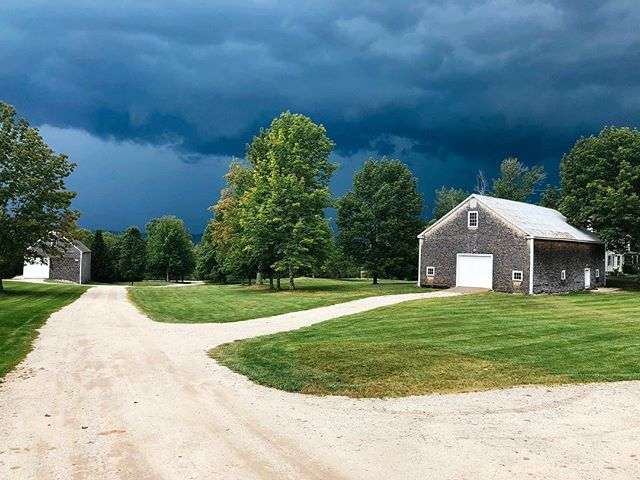 I think the farm is going to get a little ⛈ . . . . #cunninghamfarmmaine #thunderstorm #farmlife #farmliving #graysky #iphonephotography #igersmaine #maineisgorgeous #weddingvenue #barnvenue #barnlove #maine #vacationland #mainesucks #storm #thunderrolls #weather #forecast #landscapephotography #currentsituation #estatewedding #estate #farmhouse #leavesarechanging #weddingwithaview #coolsky #farmroad #snapshot