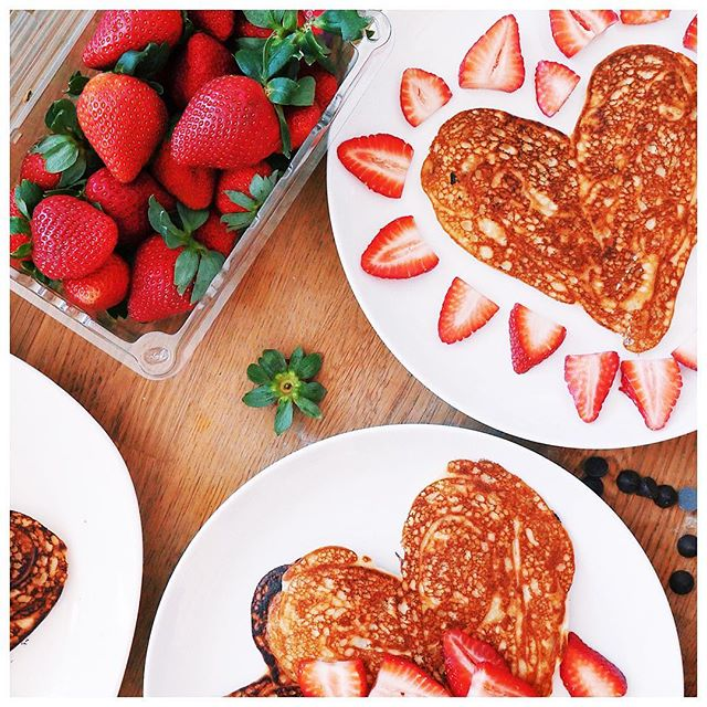 Still dreaming of these vegan pancakes @kara_elyse_alter made in the office yesterday morning for the Shimmur team 😍❤️ 📷: @diningwithdevyn #Shimmur #Valentines #VeganPancakes